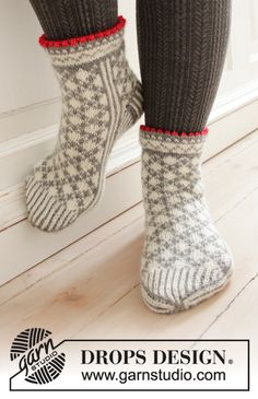 Knitted socks in DROPS Karisma. The piece is worked with Nordic pattern. Diy Crochet And Knitting, Crochet Socks, Knitted Slippers, Knit Mittens, Knitted Gloves, Knitting Socks, Knitting Designs, Knitting Patterns Free, Free Knitting