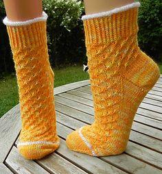 """Wer den MKAL """"Alles ist möglich"""" mitgestrickt hat, erkennt das Muster 3. Nicht nur mir hat es sehr gefallen, so dass nun hier eine seperate Anleitung für Sommersöckchen kommt. Selbstverständlich können auch Socken entstehen."""