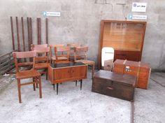 Im heutigen Wareneingang befinden sich: - sieben Holzstühle in Natur, davon fünf gleiche - zwei schöne alte Holztruhen - ein grüner Doppel-Spind (nicht auf diesem Bild, siehe Homepage) - ein Vitrinenschrank zum Lackieren - eine hübsche Fifties Kommode und ein Messing-Spiegel Wenn Euch etwas aus diesem Wareneingang interessiert, dann kommt bei uns vorbei! #Wareneingang #VintageMöbel #VintageFurniture #RetroMöbel #RetroFurniture Messing, Furniture, Locker, Door Entry, Dresser, Mirrors, Home Furnishings, Arredamento