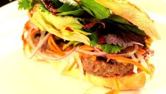 Vietnamské bagety získávají u nás stále na větší popularitě. Není divu – perfektně dochucené, se šťavnatou náplní, doplněné hromadou zeleniny a voňavých bylinek. Vyzkoušejte recept, který prozradil Liu v seriálu Ohnivý kuře.