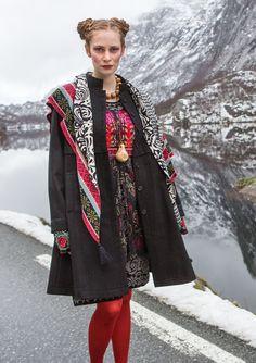 """Frakke """"Oda"""" i uld–Frakker & jakker–GUDRUN SJÖDÉN – Kläder Online & Sjal """"Gry"""" i økobomuld–Tilbehør–GUDRUN SJÖDÉN –   Har haft købt frakken, men de er meget små i størrelserne, så den og tørklædet er røget retur.   Kvaliteten var nu heller ikke særlig god, ret tyndt stof, og der er kun for for oven i frakken."""