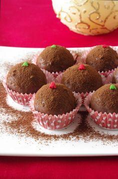 C'est avec un plaisir non dissimulé que je débute aujourd'hui la saison 2011 des recettes de Noël ! Après avoir beaucoup travaillé sur Halloween cette année je n'avais qu'une hâte c'était de passer aux recettes de fêtes, j'ai donc particulièrement apprécié de faire cette petite recette de bouchées coco-noisettes enrobées de chocolat noir. Toute petite …
