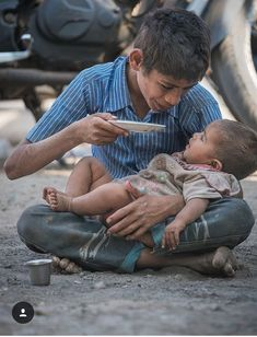 Even poverty does not diminish our love. Precious Children, Beautiful Children, Beautiful People, Sweet Pictures, Cute Kids, Cute Babies, Mundo Cruel, Faith In Humanity Restored, Save The Children