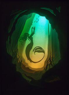 Meerjungfrau Shadow Box Papier Ausschneiden Handgefertigt; Papier-Diorama in einen Rahmen aus Spanplatten und Kunststoff Auf der Suche nach etwas gruselig genial, um Ihr Haus zu betonen? Dann diese Hintergrundbeleuchtung shadowbox ist für Sie! Ein perfekt