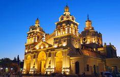 Historic Córdoba Cathedral es magnífico y interesante. Es muy grande y viejo.