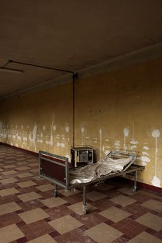 'Confort Moderne', an abandoned hospital bed by Le Luxographe