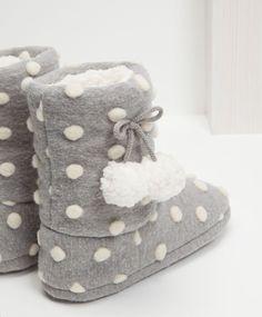 Zapatos - Pijamas y homewear - Oysho España Winter Slippers, Cute Slippers, Cute Shoes, Me Too Shoes, Girls Shoes, Baby Shoes, Bedroom Slippers, Slipper Boots, Pajama Party