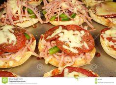 """http://kyshaidoma.blogspot.com.by/2012/05/blog-post_1635.html  Пицца """"Малютки""""  Пиццы- малышки в форме для кексиков... Тесто как для выпечки хлеба в хлебопечке. Дрожжи-2,5 ч.л. Мука-500 гр. Соль-1,5 ч.л. Сахар-1,5 ч.л. Масло растит.-2 ст.л. Сыворотка-330 мл............ далее смотрите на сайте нашей группы-  http://kyshaidoma.blogspot.com.by/2012/05/blog-post_1635.html"""