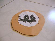 masopust - koláč z barevného papíru, posypání mákem