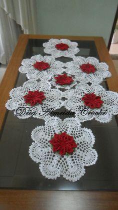 Caminho de mesa em crochê com flores em vermelho, folhas verde multicolorido e fundo em fio branco.  Pode ser feito em outras cores e tamanhos, de acordo com sua necessidade. R$ 150,00