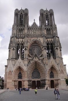 2. BLOEI VAN DE GOTIEK  / de kathedraal van Reims (na 1254) beantwoordt volledig aan een verticale esthetiek inclusief het maaswerk in de vensters en het beeldhouwwerk