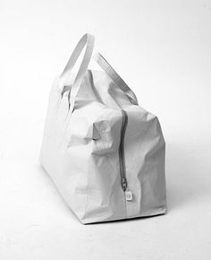 Traveling bag made of Tyvek®, a synthetic paper that is extremely light but at the same time extremely robust. Waterproof, tearproof, 100% recyclable| THE UT.LAB| Our material Tyvek explained.