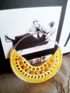 cerchio giallo bicolor modello Cleopatra con Audrey in sottofondo