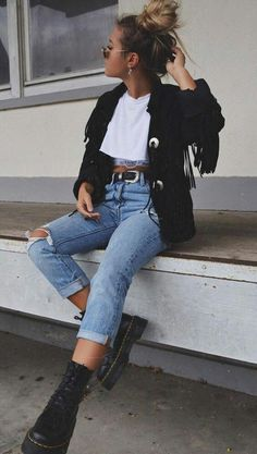 30 Fall Street Style Outfits To Try Right Now, Winter Outfits, how to wear a black tassel jacket : white top jeans boots Street Style Outfits, Mode Outfits, Jean Outfits, Fall Outfits, Casual Outfits, Fashion Outfits, Cute Jean Jacket Outfits, Simple Edgy Outfits, Band Tee Outfits