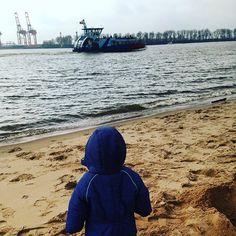 Sonntagmorgen an der Elbe #hamburgmitkindern #hamburg #schiffegucken #oevelgoenne #strandperle #elbe #stadtschwalben #stadtschwalbenontour