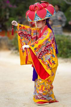 Traditional OKINAWA(RYUKYU) costume.. Mourn the beautiful traditional dress if so many cultures...we will all be alike soon. Folk Costume, Dance Costume, Japanese Art, Japanese Kimono, Traditional Japanese, Anthropology, Costumes Japan, Ritual Dance, Japanese Costume
