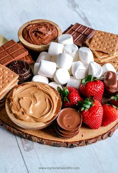 How to make a s'mores dessert board. A dessert charcuterie board to make s'mores is a creative summer idea for a backyard BBQ or party! Charcuterie Recipes, Charcuterie And Cheese Board, Charcuterie Platter, Comida Picnic, Dessert Platter, Smores Dessert, Dessert Party, Party Food Platters, Party Trays