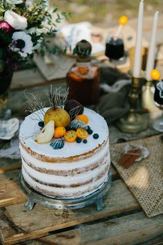 Wedding cake, Shooting Editorial, Inspiration Folk Mars 2015 Organisé par ATLB Atelier blanc Wedding Planner. Crédits photos/ Malvina photographie, MUA/ Elodie Roumejon, Fleurs/ Josephine, Vidéo/ Julien Seremet, Gravure sur cuir et verre/ Sombre Loup, Scénographie, coordination, papeterie/ ATLB.