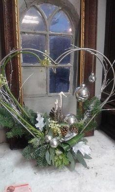 Vintage Christmas Lights, Decorating With Christmas Lights, Handmade Christmas Decorations, Christmas Centerpieces, Xmas Decorations, Christmas Hearts, Christmas Flowers, Christmas Love, Christmas Flower Arrangements
