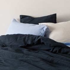 This luxury designer navy bluequilt and duvet cover set from In the Sac has a minimaldesign with a 4cmtailoredflange, doing away with buttons and studs.  This doona cover set also has40cm of extra linen in the length to enable it to be tucked in at the foot of the bed, which secures the quilt inside the