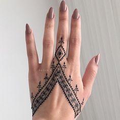 Trendy And Stunning 140 Finger Mehndi Designs For 2020 Brides Pretty Henna Designs, Henna Tattoo Designs Simple, Finger Henna Designs, Mehndi Designs For Fingers, Mehndi Art Designs, Latest Mehndi Designs, Simple Mehndi Designs, Henna Designs For Men, Cool Henna Tattoos