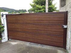 puerta automtica abatible panel sandwich imitacin madera oscura