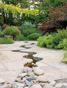 Strumień w ogrodzie - W piaskowcu wykuto romantycznie wijący się strumyk. ogród, piaskowiec, rośliny w ogrodzie, meble ogrodowe, aranżacja ogrodu, strumień, staw