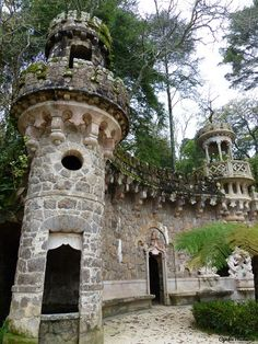 A misteriosa Quinta da Regaleira Architecture Artists, Amazing Architecture, Beautiful Places To Live, Wonderful Places, Portuguese Culture, Sintra Portugal, Beautiful Castles, Portugal Travel, Medieval Castle