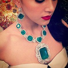 Can't stop looking at this magnificent emerald and diamond. @namprav#jewelryjournal #emeraldanddiamondjournal