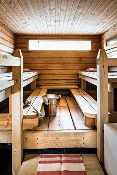 Saunassa on harras tunnelma. Petri on tehnyt jykevät lauteet leveästä haapalankusta. Swedish Sauna, Finnish Sauna, Tiny House Cabin, Cabin Homes, Modern Saunas, Sauna Wellness, Building A Sauna, Indoor Sauna, Sauna Design