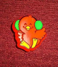 VINTAGE 1981 HALLMARK RED CARDINAL BIRD W/ EARMUFFS CHRISTMAS LAPEL PIN