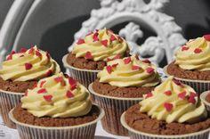 Das perfekte Schokolade Cupcakes mit Mangocreme-Rezept mit einfacher Schritt-für-Schritt-Anleitung: Schokolade im Wasserbad schmelzen und abkühlen lassen.