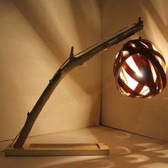 SPHERE. Lampada in legno. La sfera è stata ottenuta da fasce utilizzate per la bordatura di mensole in truciolare intrecciate tra loro. Ricicla con stile!