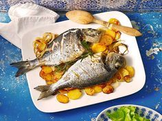 Baked sea bream with spicy baked potatoes from Sivi Fish And Seafood, Fish Recipes, Buffet, Spicy, Pork, Turkey, Tasty, Favorite Recipes, Diet