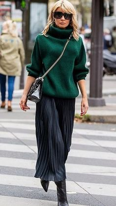 How to wear a pleated midi skirt at Comment porter une jupe midi plissée à 40 ans, How to wear a pleated midi skirt at & What pleated # # - Mode Outfits, Office Outfits, Casual Outfits, Fashion Outfits, Womens Fashion, Skirt Outfits, Fashion Clothes, Fashion Shoes, Look Fashion