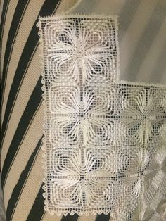 Types Of Embroidery, Embroidery Patterns, Hand Embroidery, Knitted Bags, Knit Bag, Red Malla, Hardanger Embroidery, Crochet Tablecloth, Needle Lace