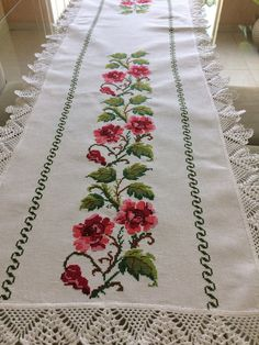 Caminho de mesa bordado em ponto cruz com barrado de crochê. Medindo 1,80metro de comprimento 0,45cm de largura. Etamine, linha anchor, crochê linha Cléia. Podendo ser na cor branca ou marfim. Bohemian Rug, Cross Stitch, Embroidery, Crochet, Punto Cruz Gratis, Crochet Mandala, Crochet Table Runner, Decorative Towels, Crochet Curtains