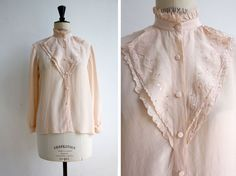 Lovely Silk Hand  Embroidered Chinese Blouse par JeannetteVintage, €40.00