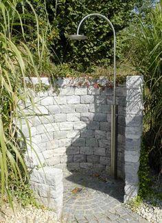 douche extérieure avec une murette en pierres