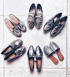 Olha só esses sapatos da nova coleção da Renner!  Por acaso meu post de hoje (em breve no ar) inclui um bem parecido com esses cromados. Achei os bicudos belíssimos! Lembrando o que eu sempre digo: sapato metalizado é mais versátil que o preto. Vai com tudo!  #Regram @fashioncoolture #PreviewRenner