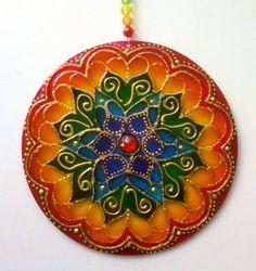 Mandalas em acrílico de 12cm de diâmetro, pintura vitral, decoradas em ambos os lados. R$ 22,00