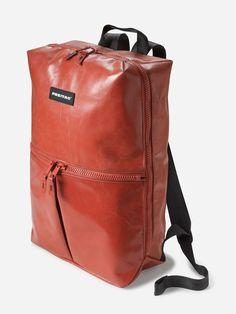 Freitag red bag, gemaakt van zeildoek voor trucks, onverslijtbaar, oersterk en leuk, misschien ook waterdicht? Leather Backpack, Leather Bags, Red Leather, Freitag Bag, Pack Up And Go, Red Bags, Cool Backpacks, School Bags, Molde