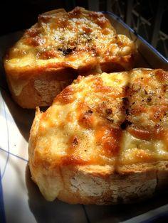 Cheesy garlic bread. ♥