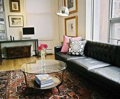 Oriental Rugs Glorifying Modern Spaces - Home Decorating Trends - Homedit Interior Design Blogs, Living Room Flooring, Rugs In Living Room, Living Spaces, Leather Furniture, Modern Furniture, Leather Sofa, Black Leather, Black Couches