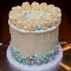 cake decorating videos Love this cake decoration Credit: Cake Decorating Videos, Cake Decorating Techniques, Cookie Decorating, Decorating Ideas, Drip Cakes, Unique Cakes, Creative Cakes, Beautiful Cakes, Amazing Cakes