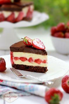 Pyszny torcik, na który składa się: czekoladowy delikatny biszkopt, rozkoszna masa z białej czekolady i śmietanki, mnóstwo truskawek i obłędna czekoladowa polewa. Smaki wspaniale się uzupełniają, słodycz masy idealnie neutralizuje kwaskowatość truskawek, a czekoladowy ganache dzięki użyciu czekolad o dużej zawartości kakao łagodzi słodkość i sprawia, ze całość nie jest nudna. Cheesecake, Cakes, Baking, Recipes, Cake Makers, Cheesecakes, Kuchen, Bakken, Cake