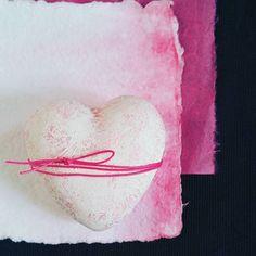 """Our love is pink!"" ...and it contaminates the whole creation. 💕 . . . . . . . . . #apajarita #designconcept #inspiration #inspiração #perfectday #detalhes #details #cottonpaper #papeldealgodao #texture #cute #pink #heart #lovely #estacionario #stacionary"