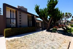 Palmer & Krisel Homes. Architect: William Krisel (1960). Location: University City (San Diego), CA. Developer: Irving Kahn. Photo by Chimay Bleue.