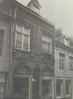 Maastricht. Gevel met gevelsteen 'In de oude Waeghe', Sint Pieterstraat 48.