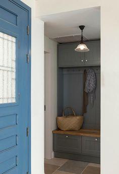 ארון/מתלה מעילים ותיקים ונעליים Entry Closet, Closet Doors, Ikea Mud Room, Outdoor Tables, House Entrance, Closet Organization, Home Decor Bedroom, Home Renovation, Home Projects